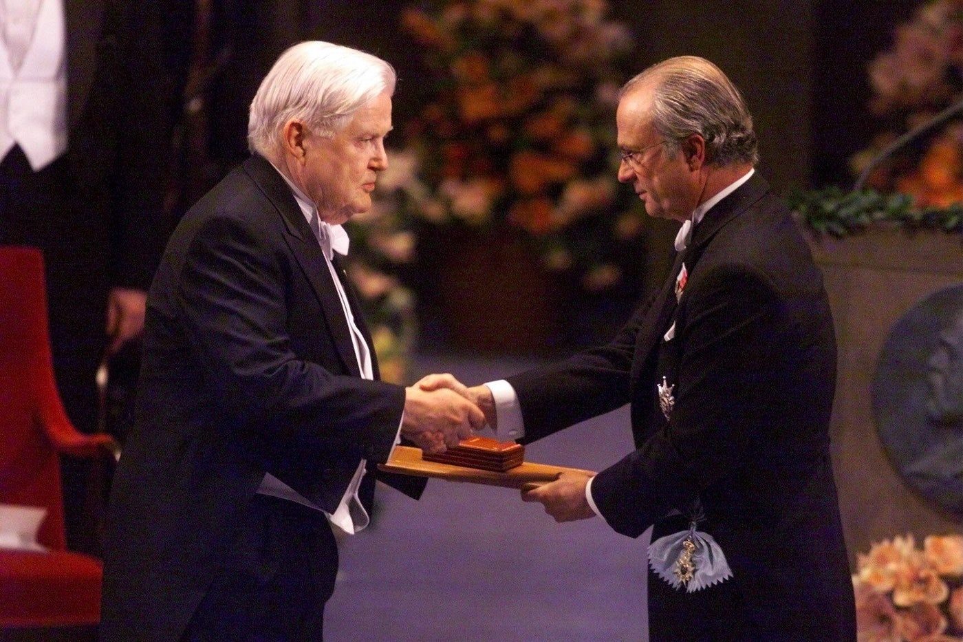 Robert Mundell receives the Nobel Prize in economics from Swedish King Carl XVI Gustaf, in 1999.