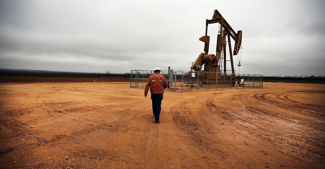 Ekuitas Swasta Diam-diam Menjaga Perusahaan Bahan Bakar Fosil dalam Bisnis